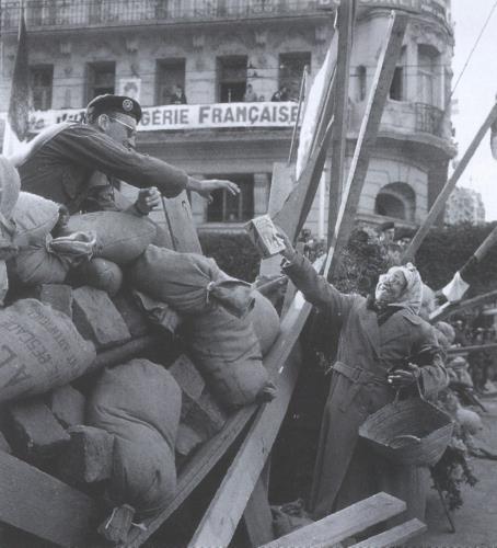http://www.histoire-en-questions.fr/guerre%20algerie/manif%2024%20janvier%201960/barricades%2024%20janvier%201960.jpg